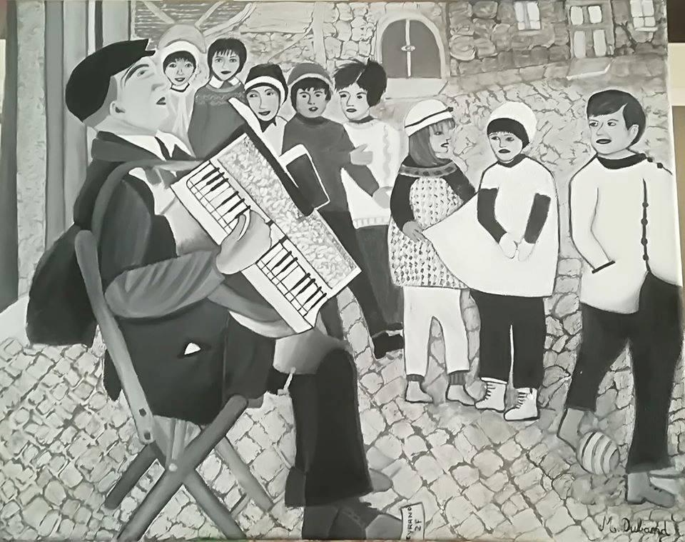 Homme jouant de l'accordéon devant une file d'enfants