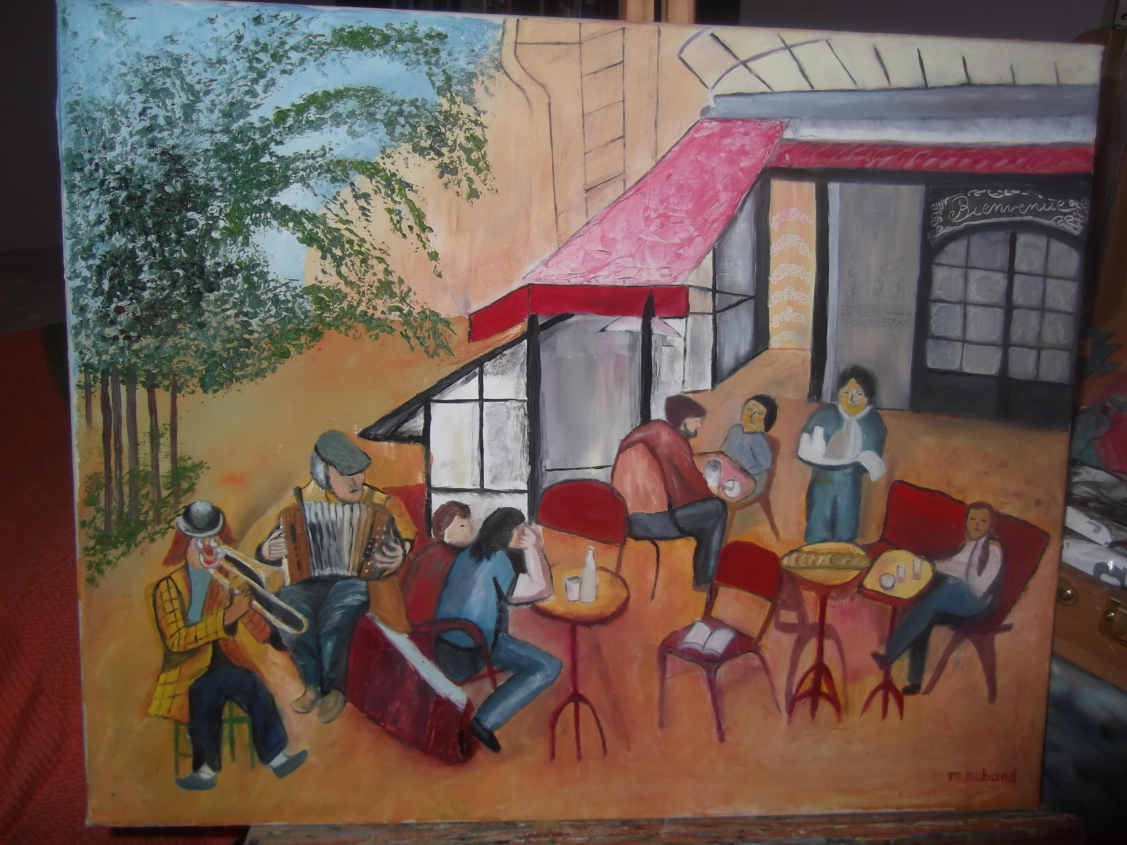 Terasse d'un café avec des gens à table et des musiciens