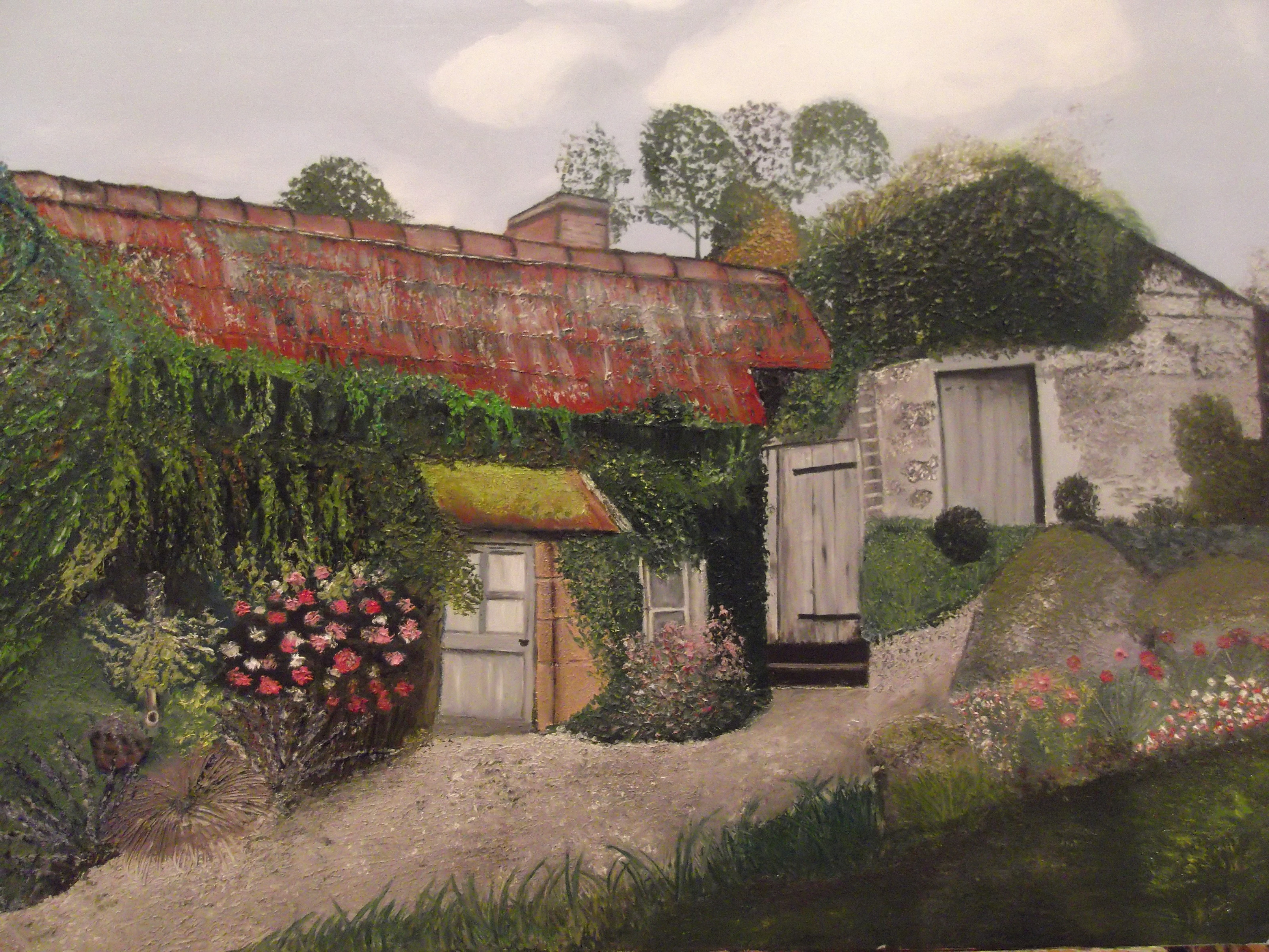 Vieille maison en pierre avec des mur fleuris et remplis de verdure