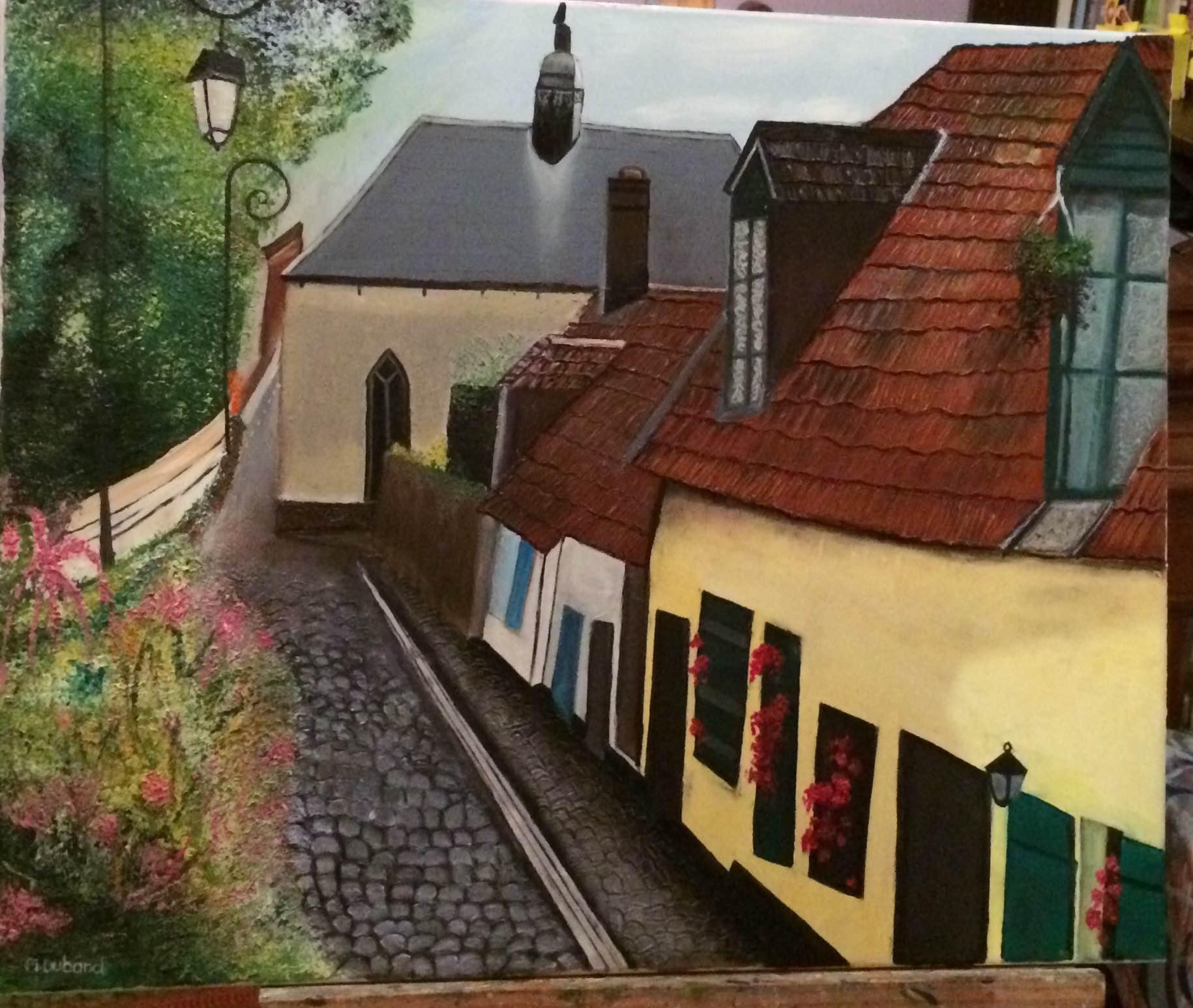 Rue pavée avec des maisons fleuries et des lampadaires