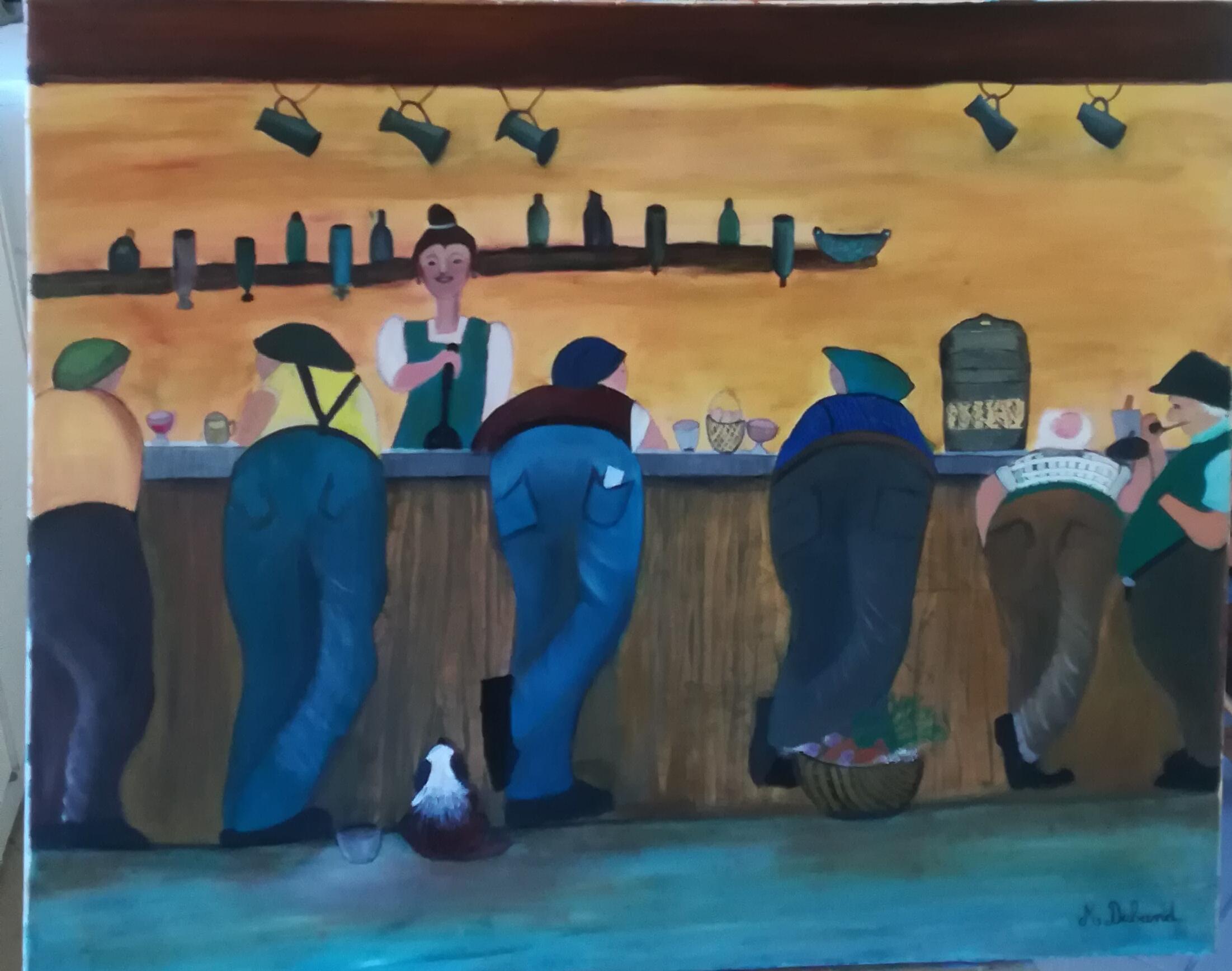 Des hommes de dos accoudés au bar devant la gérante